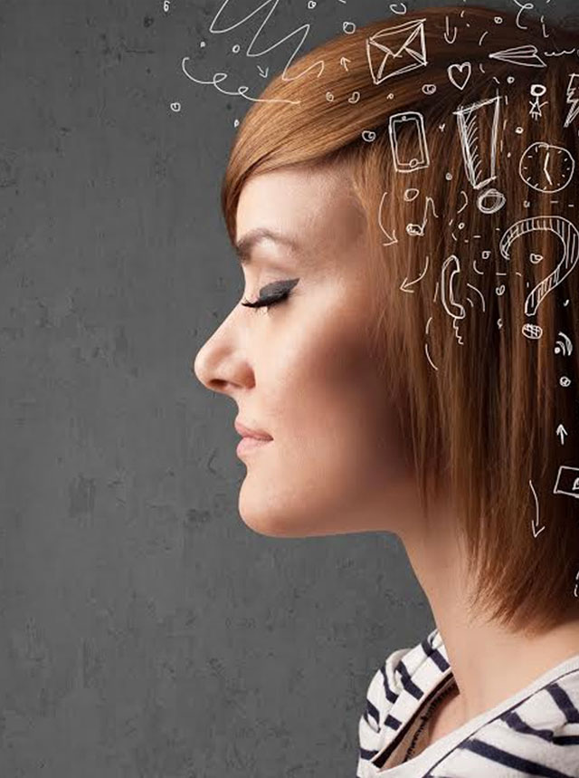foto de mulher de perfil, de olhos fechados, com ícone rabiscados ao seu entorno, de celular, ponto de exclamação, ponto de interrogação, telefone, avião de papel, relógio, entre outros