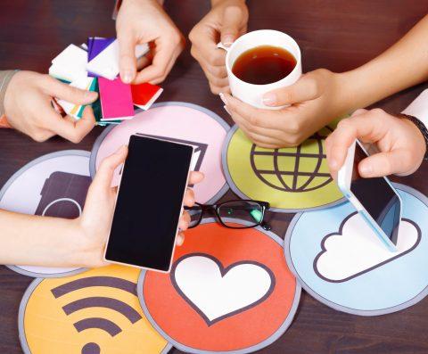 Ícone do botão curtir do Facebook em cor laranja, acompanhado de balões de diálogo e coração, ambos na cor laranja