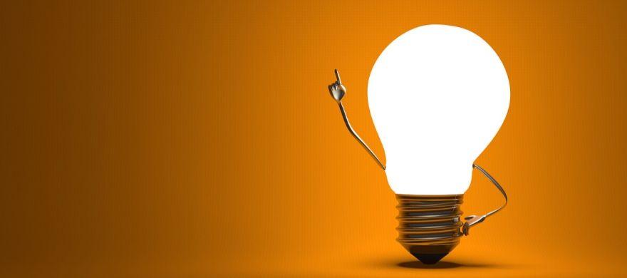 lâmpada acessa em um fundo laranja
