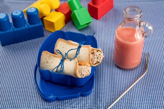 lancheira para crianças azul com comida dentro