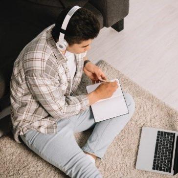 Como se concentrar – e não pirar – trabalhando em casa nesta quarentena utilizando headsets e fones de ouvido