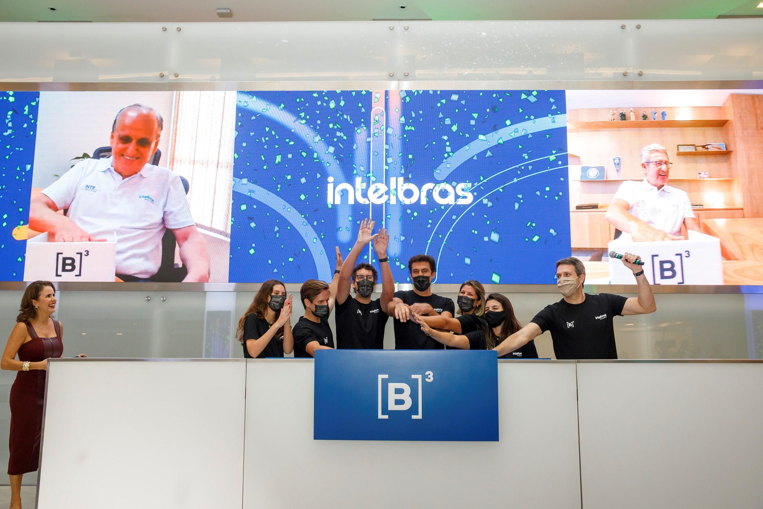 intelbras_Família Freitas apertando campainha no pregrão